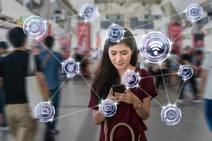A young woman accesses online services on her smartphone.