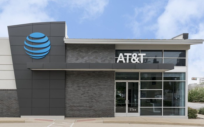 The outside of an AT&T store on a nice day.