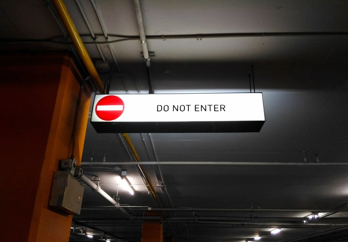 "A sign saying ""Do not enter"""