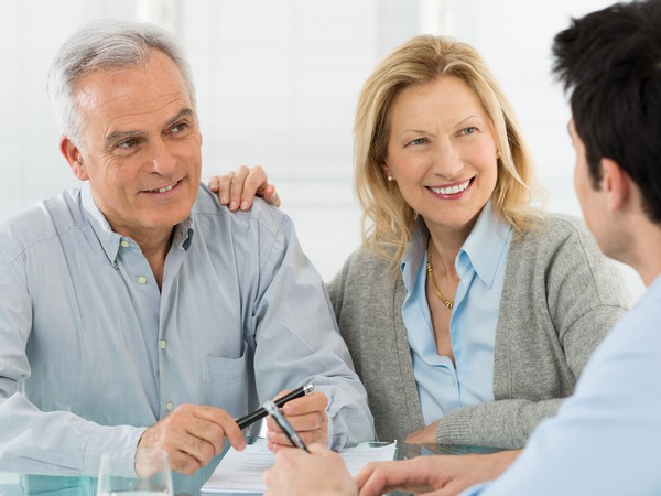 17_06_27 Senior couple talking to financial planner_GettyImages-482676561