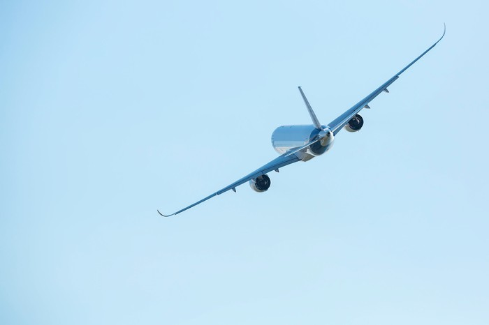 A commercial airplane in flight.