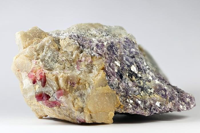 Lithium spodumene rock