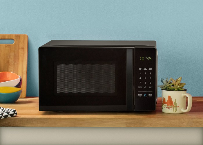 AmazonBasics Microwave sitting on a kitchen counter