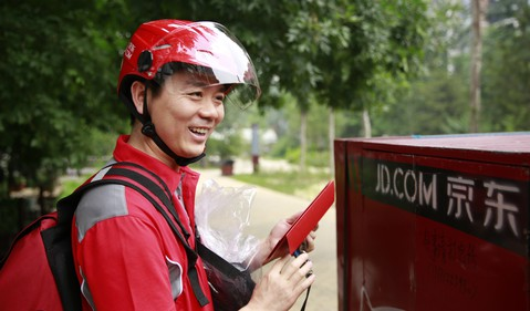 JD.com-CEO-Richard-Liu-delivering-orders-on-June-18-the-companys-anniversary