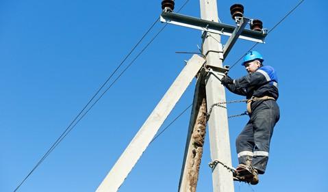 18_09_20 Man working on a power line_GettyImages-165574374
