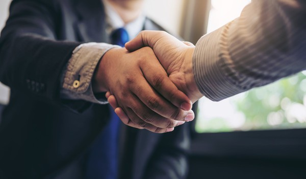 two men shaking hands_GettyImages-886031704