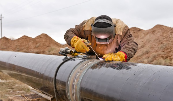 17_06_07 Oil pipeline with man welding_GettyImages-498337716