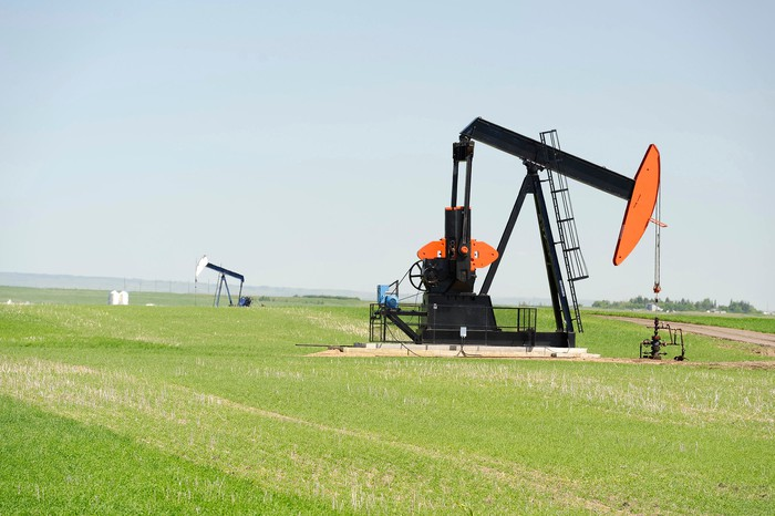 An oil pump in a green field.