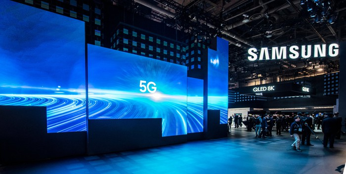 """A Samsung showcase with TVs that read """"5G"""" on them."""