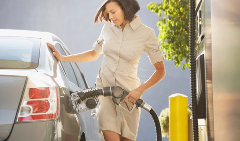 17_10_25 a woman pumping gas_GettyImages-88583394