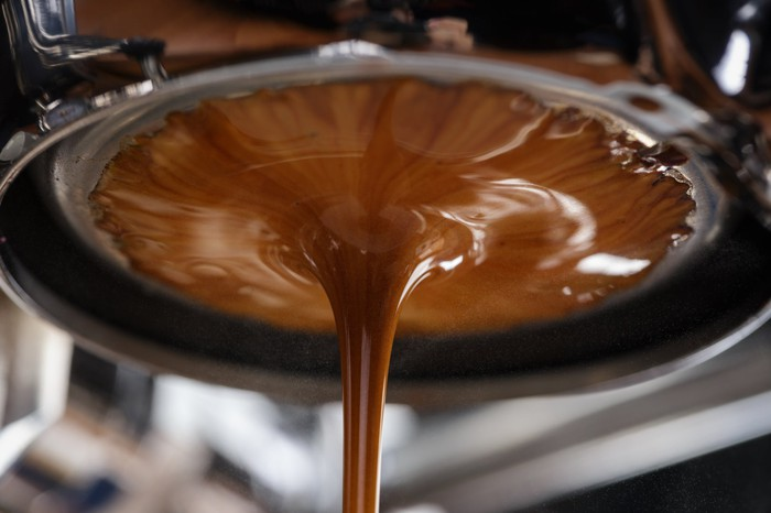 Espresso extraction with bottomless portafilter.