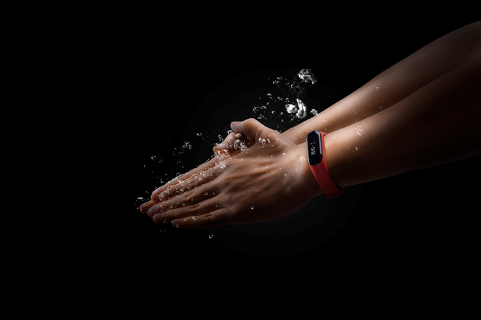 A person wearing a Huami fitness tracker underwater.