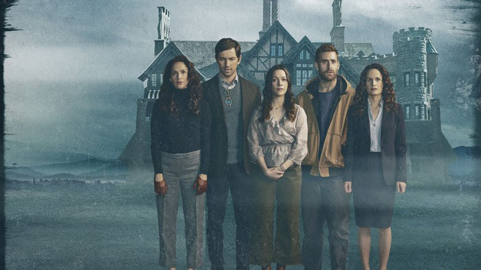 Cast de The Haunting of Hill House devant Hill House