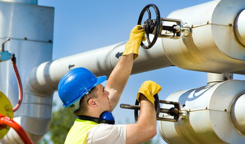 17_06_22 A man turning valves on a Natural gas pipeline_GettyImages-500736141