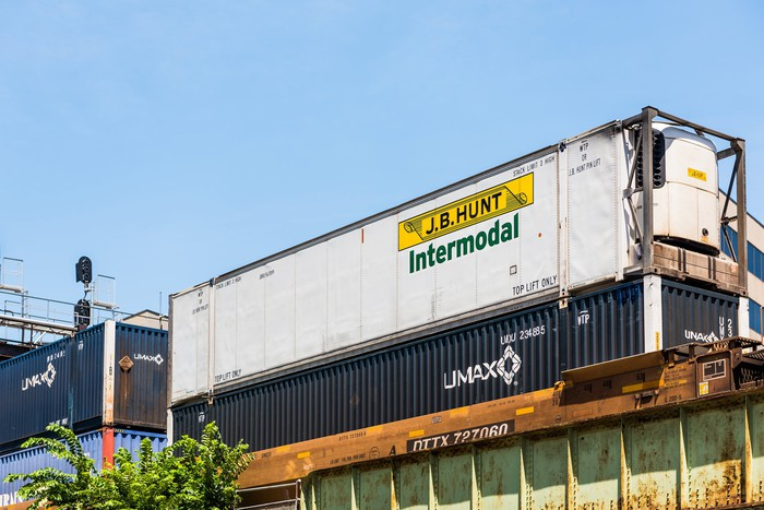 Did This Transport Company Just Sound the Alarm for Trucking Stocks?
