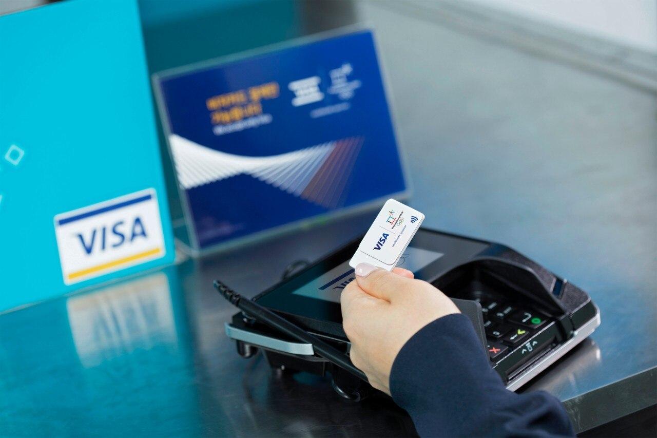 Customer using Visa contactless technology