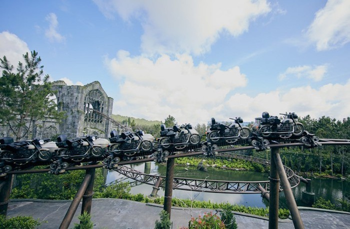 Hagrid's roller coaster with empty cars.