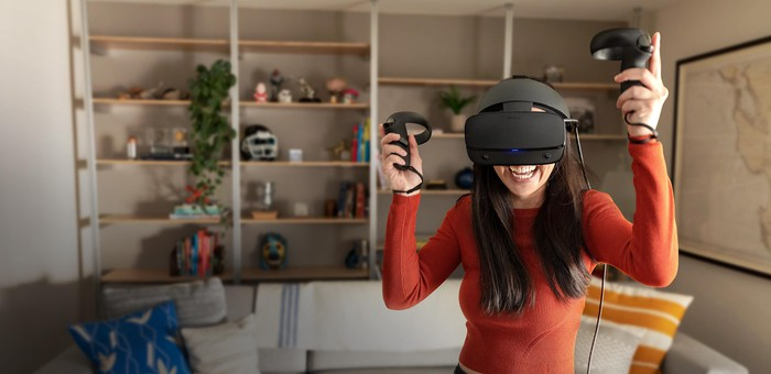 A woman uses the Oculus Rift S.