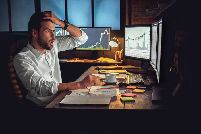 A puzzled investor looks at a trading screen.