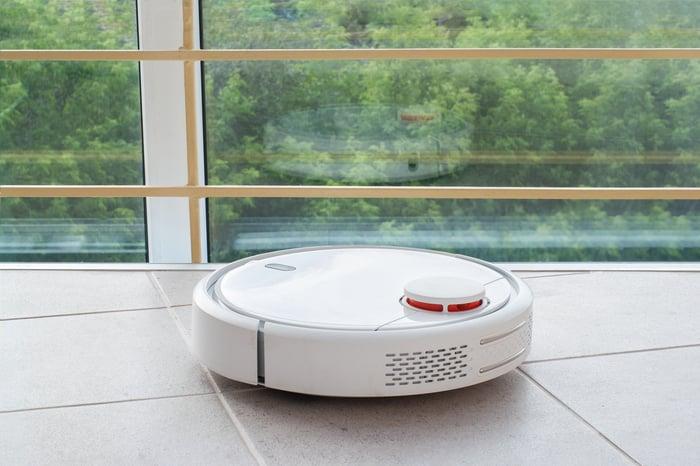 Un robot aspirateur.