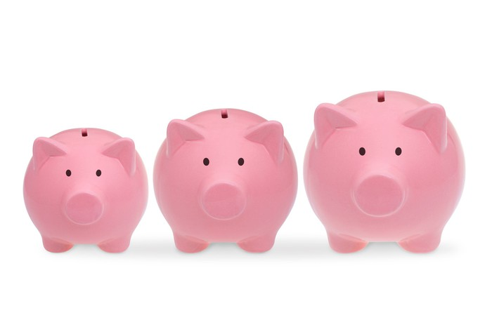 3 piggy banks of different sizes.