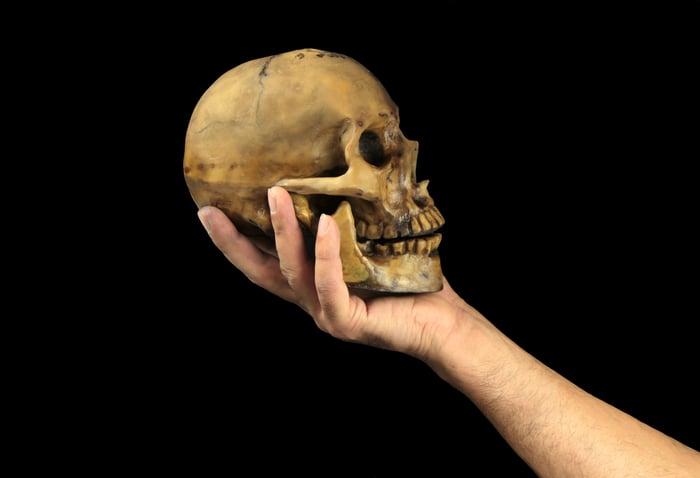 Hand holding a skull a la Yorick
