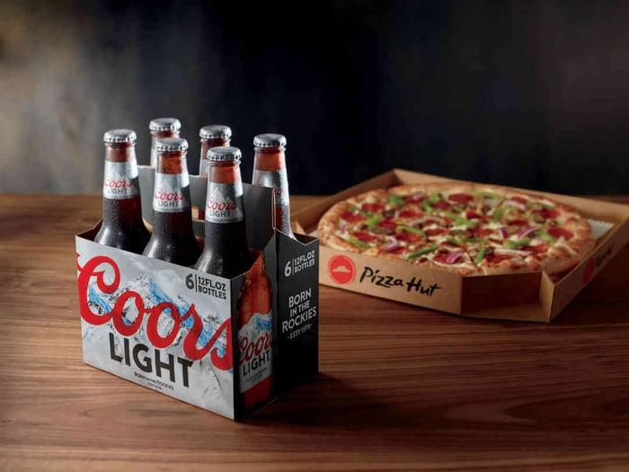 Six pack de Coors Light et une pizza Pizza Hut