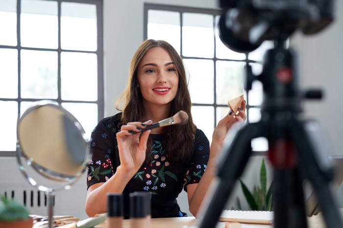 A beauty vlogger introduces cosmetic products.