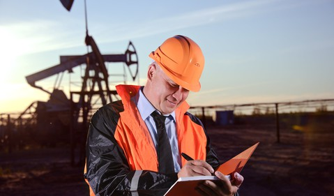16_06_15 Man with notebook in front of oil well_GettyImages-156525694