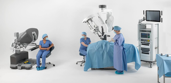 Surgeons in operating room with daVinci machinery