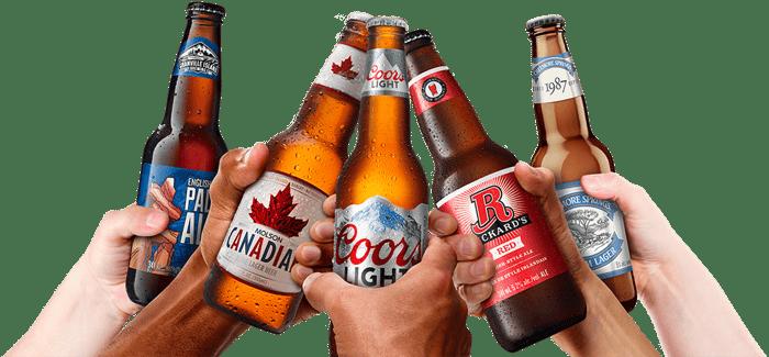 Personnes brandissant des bouteilles de différentes marques de bière Molson Coors