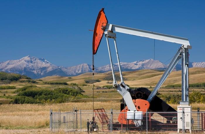 Une pompe à huile avec des montagnes en arrière-plan