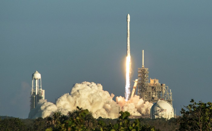 Image of a rocket taking off from its launchpad.