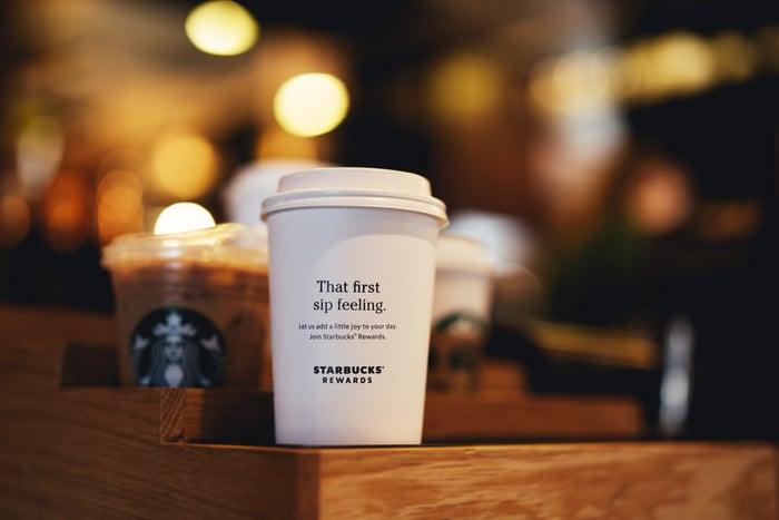 Une tasse Starbucks assise sur un comptoir.