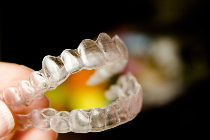 Invisible orthodontics to align the teeth