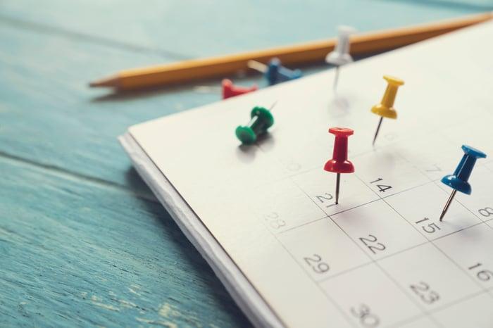 Calendar with tacks