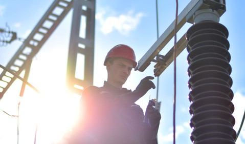 17_06_13 A worker standing in front of electrical power equipment _SO_ED_GettyImages-616264984