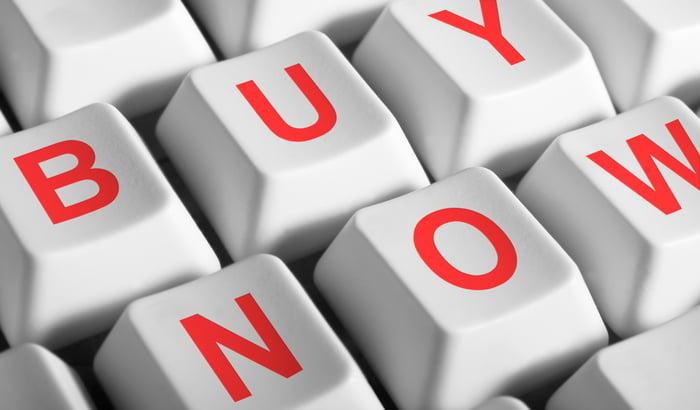 Touches du clavier où les mots achètent maintenant pour eux.