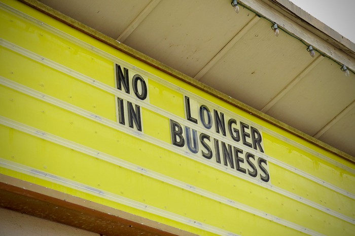 A sign that reads no longer in business.