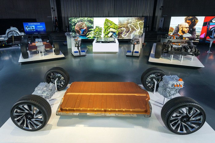 A display of GM's upcoming electric vehicle architecture, showing its motors and modular battery packs.