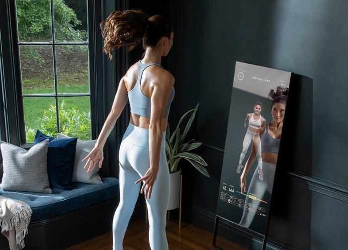 Woman exercising to a MIRROR class.