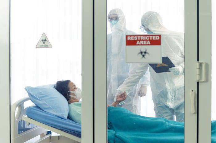 Doctors examine a coronavirus patient.