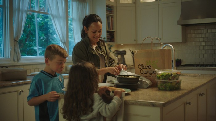 Family unbagging an Olive Garden takeout order