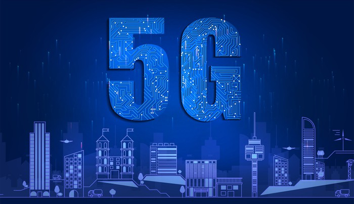 The letters 5G in blue over a blue city skyline.
