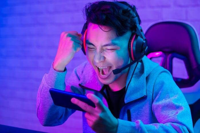 mobile gamer playing esports