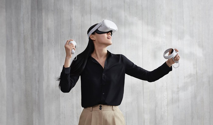 A woman uses the Oculus Quest 2.