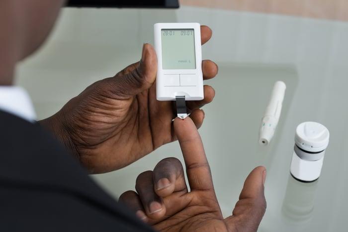 Man using glucose meter