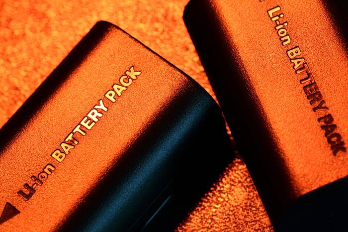 Deux packs de batteries lithium-ion posés sur une surface plane.