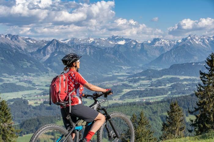 Biker regardant les montagnes en arrière-plan.