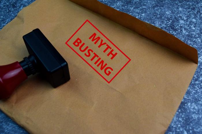 Estampillage des mots Myth Busting sur l'enveloppe
